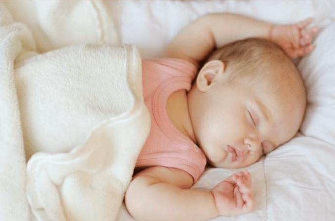 bé bị tiêu chảy là một dấu hiệu phổ biến của việc bé bị ngộ độc thức ăn. Vì vậy các mẹ cần đặc biệt chú ý khi bé có dấu hiệu này nhé