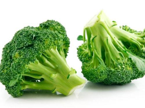 Mẹ có biết bông cải xanh là một trong 10 loại rau củ chứa nhiều canxi trong thực đơn cho bé ăn dặm.