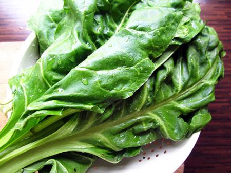 Rau chân vịt là 1 trong 10 loại rau củ giàu canxi trong thực đợn cho bé ăn dặm đấy mẹ!