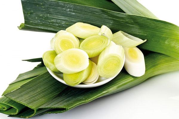 Mẹ có biết tỏi tây là 1 trong 10 loại rau củ chưa nhiều canxi nhất trong thực đơn cho bé ăn dặm